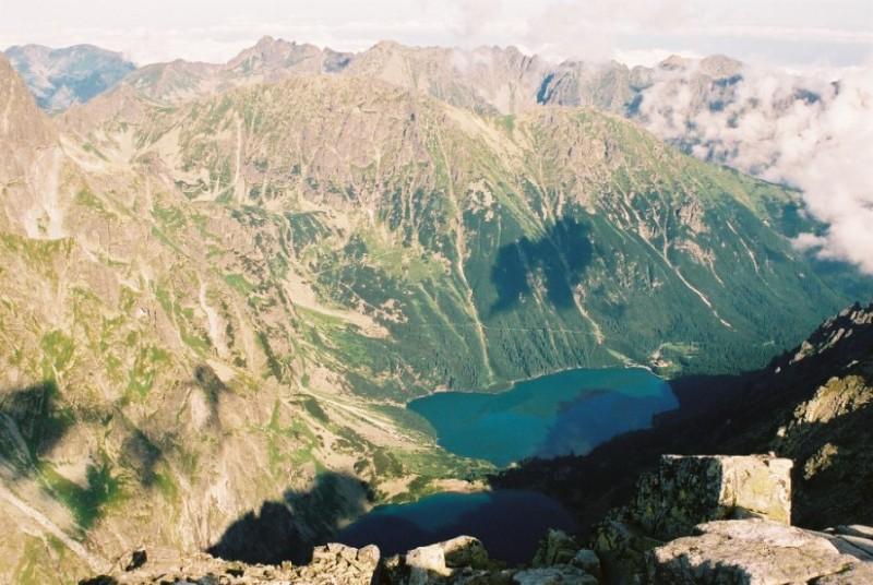 Widok z szczytu Rysy na Morskie Oko i Czarny Staw